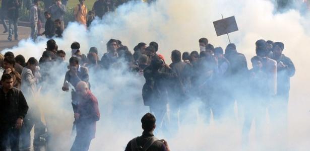 22dez2012-manifestantes-se-protegem-de-gas-lacrimogeneo-jogado-pela-policia-durante-protesto-a-favor-de-uma-maior-seguranca-para-as-mulheres-em-nova-deli-capital-da-india-a-cidade-tem-sido-palco-de-1356171523705_615x300