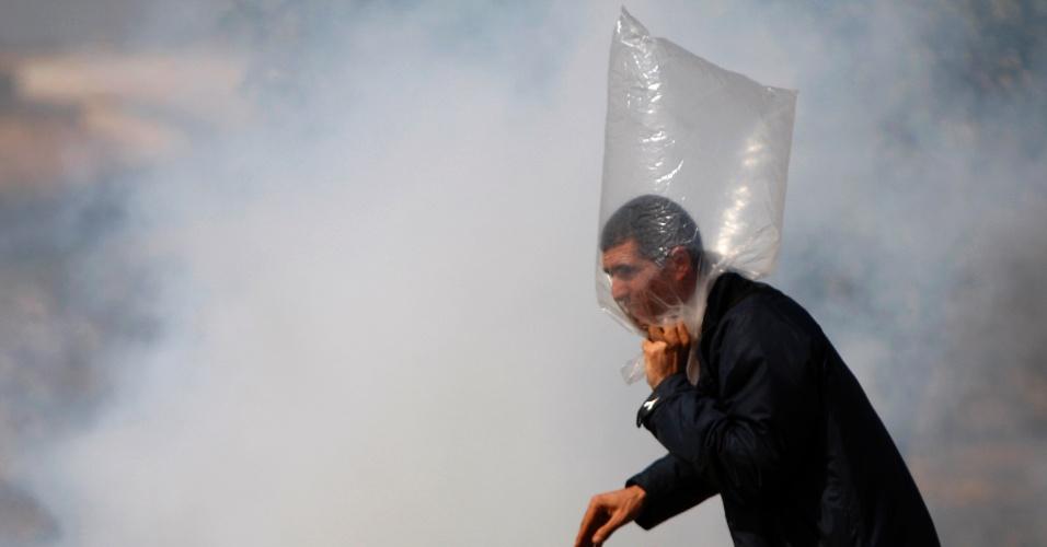 jovem-palestino-usa-saco-de-plastico-para-se-prot
