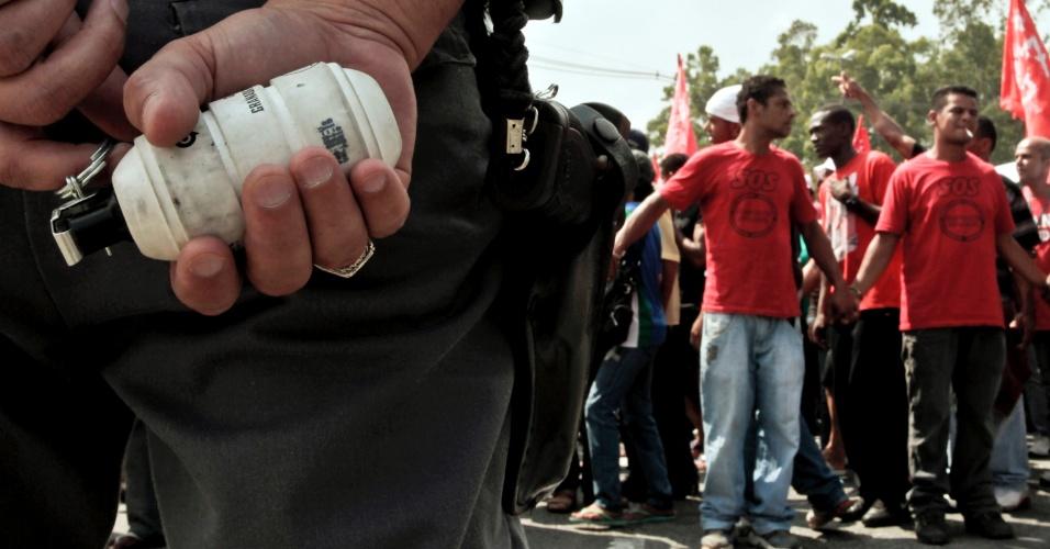 policial-segura-pino-de-bomba-de-efeito-moral-durante-protesto-de-manifestantes-do-mtst-movimento-dos-trabalhadores-sem-teto-na-praca-gomes-pedrosa-proxima-ao-palacio-dos-bandeirantes-sede-do-governo-1333391052296_956x500